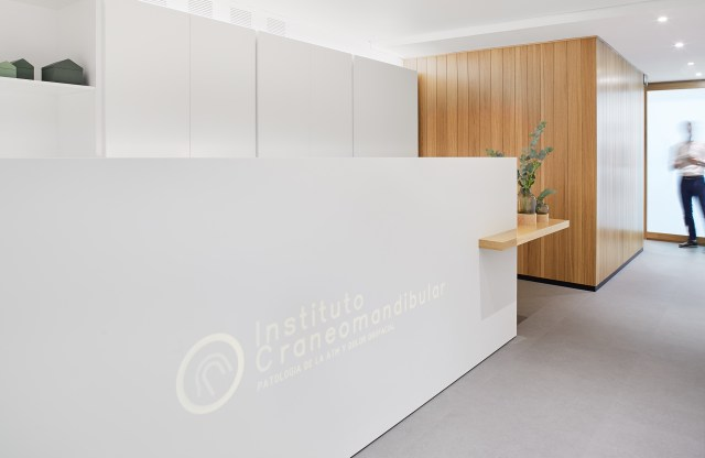 Decoración de interiores de una clínica dental para el instituto cráneomandibular