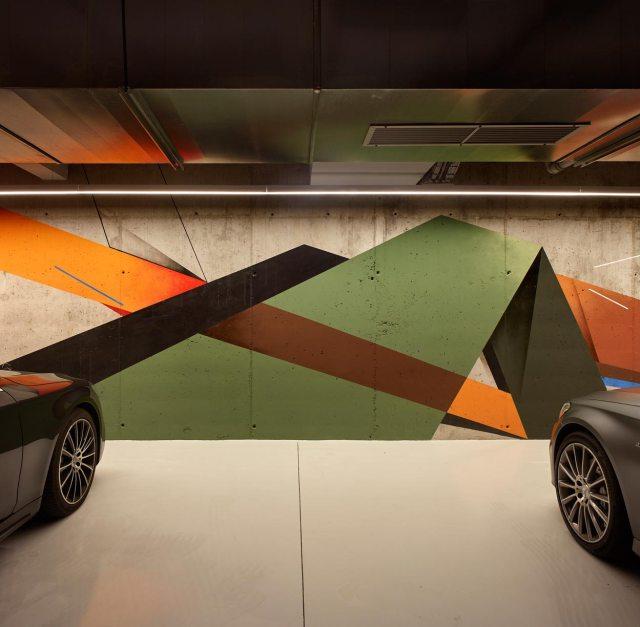 Obra gráfica en muro de garaje de vivienda de diseño