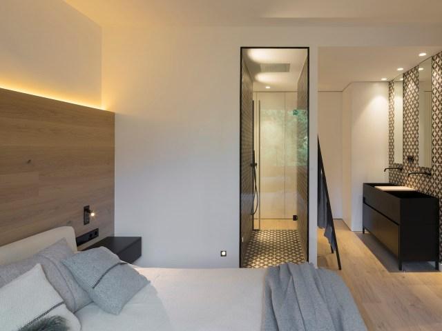 Dormitorio principal en interiores de casas sorprendentes