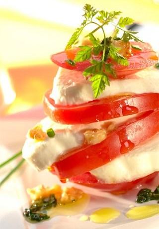 CAUVIN - Mille-feuille de tomates, mozzarella et noix - Huile COLZA & NOIX Vierge - (c) Manceau Photocuisine TerroirEvasion.com