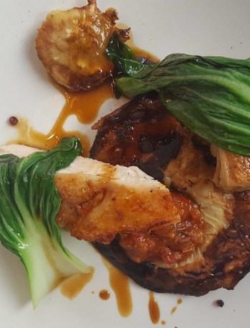 Suprêmes de poulet fermier, aubergines rôties jambon de Parme, citron et câpres Restaurant Amere