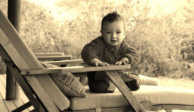 Julian op de veranda van de lodge Olivers Camp