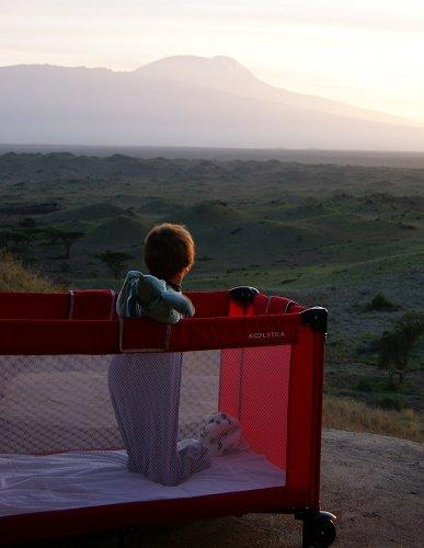 Julian in zijn bedje met uitzicht op de Kilimanjaro