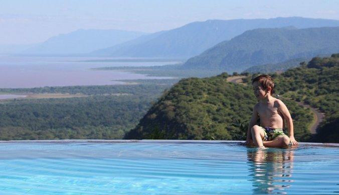 Julian aan zwembad van Serena Lake Manyara
