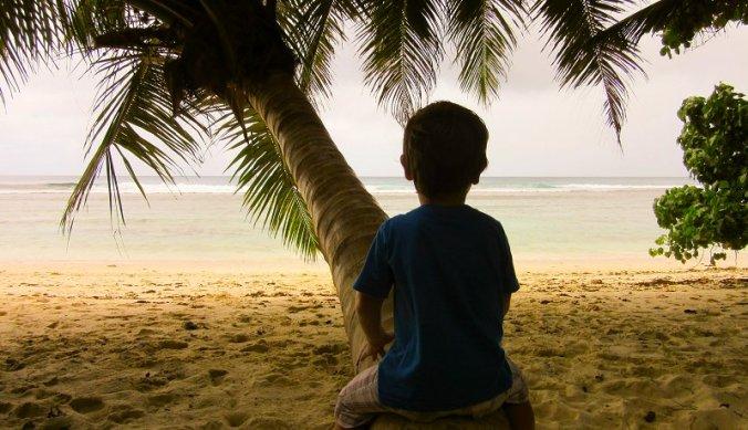 Julian kijkt uit over het strand Seychellen