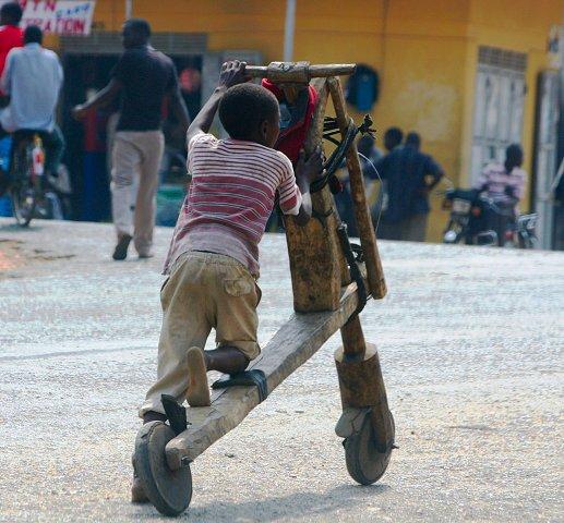 Jongen in Oeganda op houten fiets
