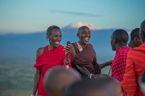 Masai met mobiel in Tanzania