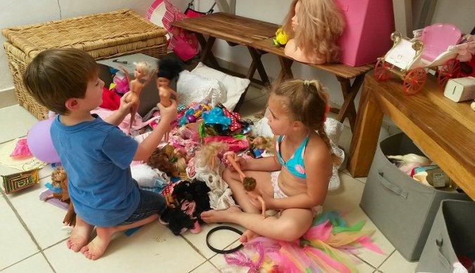 Julian met vriendinnetje Isabella spelend