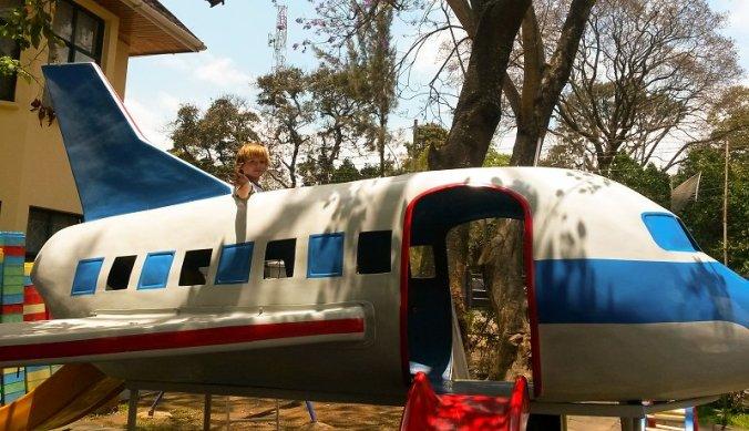 Julian in het vliegtuig in Arusha