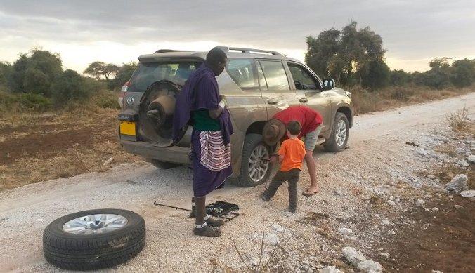 Lekke band verwisselen aan de voet van de Kilimanjaro