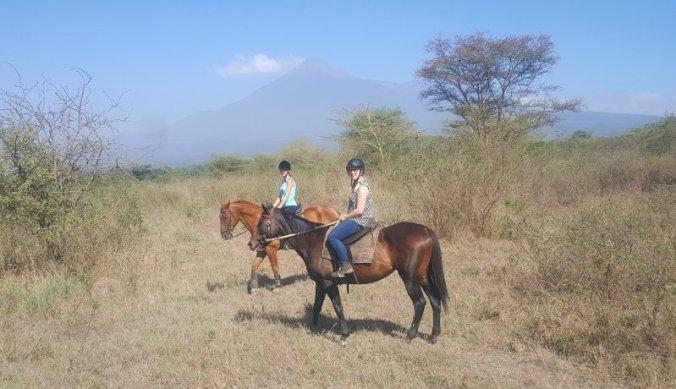 Tanzania te paard - met de Mount Meru op de achtergrond