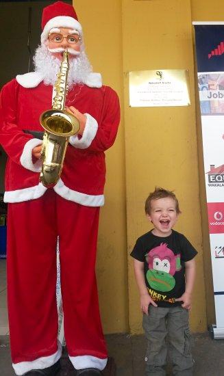 Julian met de kerstman in Tanzania