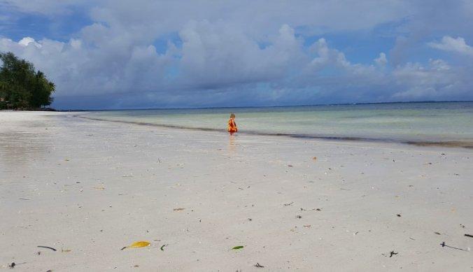 Alleen op een verlaten strand op Zanzibar