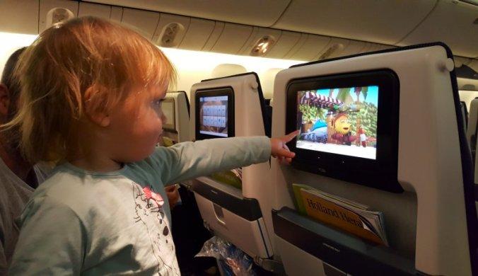 In het vliegtuig na familiebezoek aan Nederland