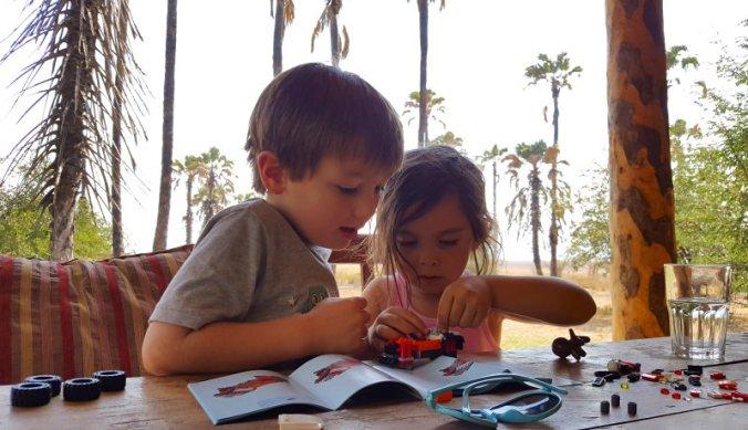 Julian en Juliana herenigd - samen een legoauto maken