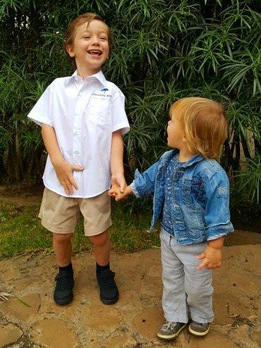 Kleine meisjes en jongens worden groot - klaar voor de eerste schooldag