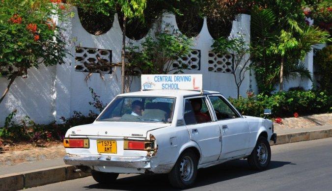 Gedeukte lesauto in Tanzania