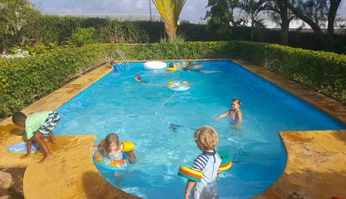 Het Ninja Turtles feestje eindigt in het zwembad