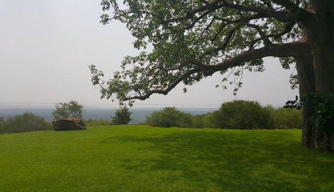 Campsite met baobabboom en uitzicht over Lake Manyara