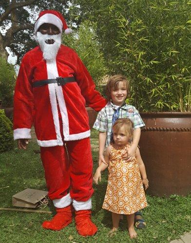 Kerstman op bezoek bij lodge in Arusha op Eerste Kerstdag