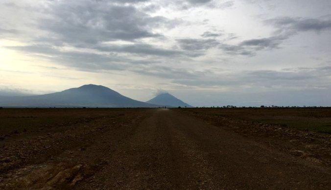 Met de motor over een lange weg over uitgestrekte vlaktes