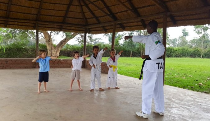 Taekwondo les op internationale school Tanzania