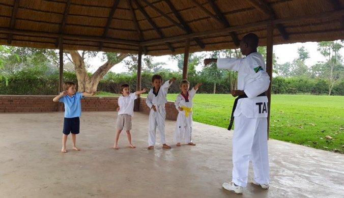 Taekwondo les op internationale school Tanzania