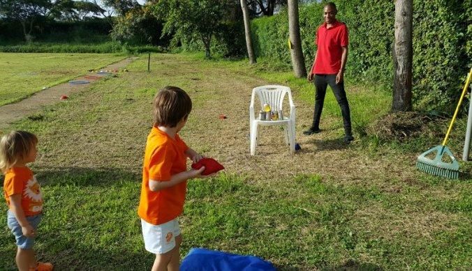 Blik gooien bij de Hollandse kinderspelen Arusha