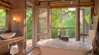 badkamer-met-vrijstaand-bad-lake-manyara-tree-lodge