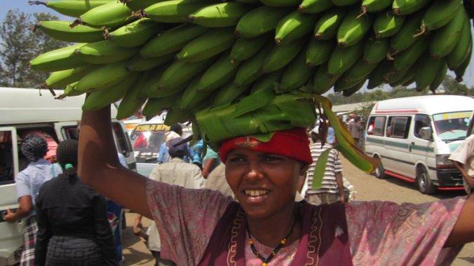 Bananentros op hoofd dragen in Tanzania