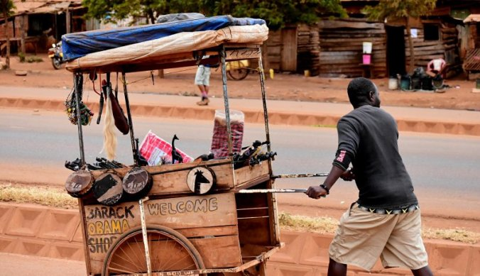 Rijdende souvenir shop in Tanzania