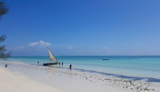 Traditionele dhow op het strand van Kiwengwa