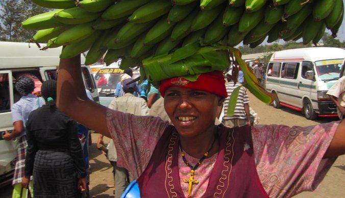 Bananen verkopen op de markt in Aruha