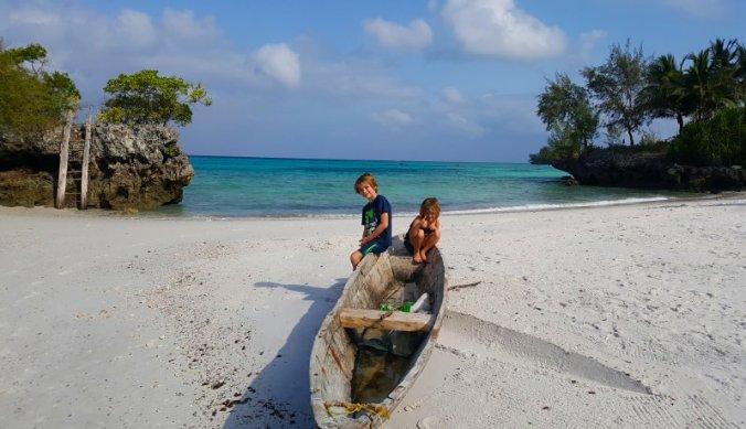 Kinderen in traditioneel bootje op strand van The Aiyana op Pemba Island