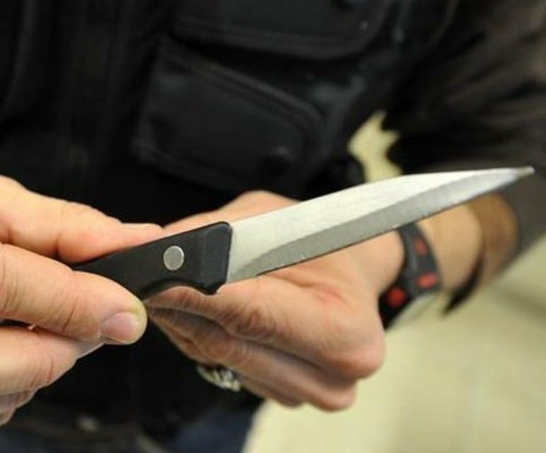 Sorpresi con addosso armi da taglio: laPolizia di Stato denuncia 2 persone