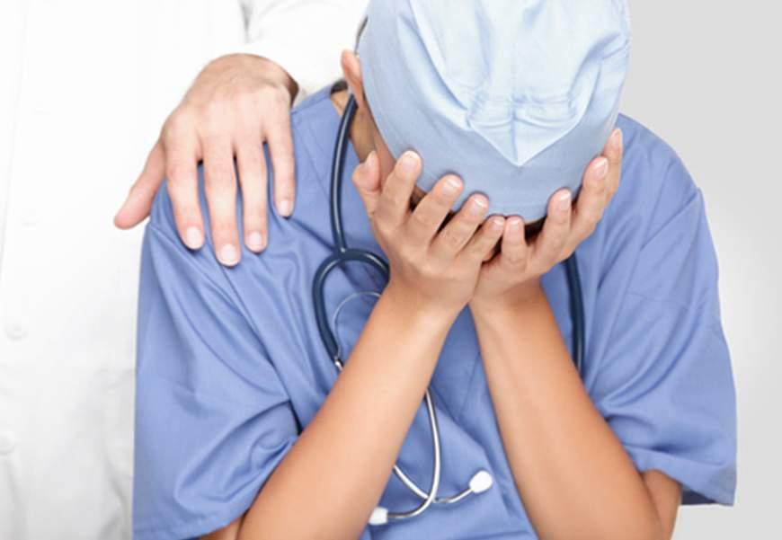 Civitavecchia, alcolizzato aggredisce infermiere con un lenzuolo in fiamme