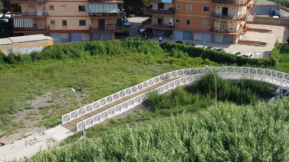 """Ladispoli, cittadino segnala: """"Sterpaglie avvolgono il nuovo ponte sul Sanguinara"""""""