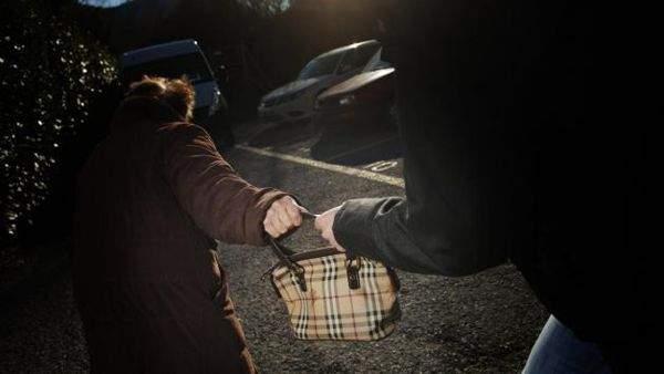 Aggredita e rapinata all'entrata di casa a Ladispoli