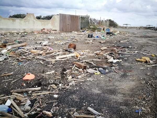 Rifiuti, i cittadini puliranno area Faro Fiumicino in degrado