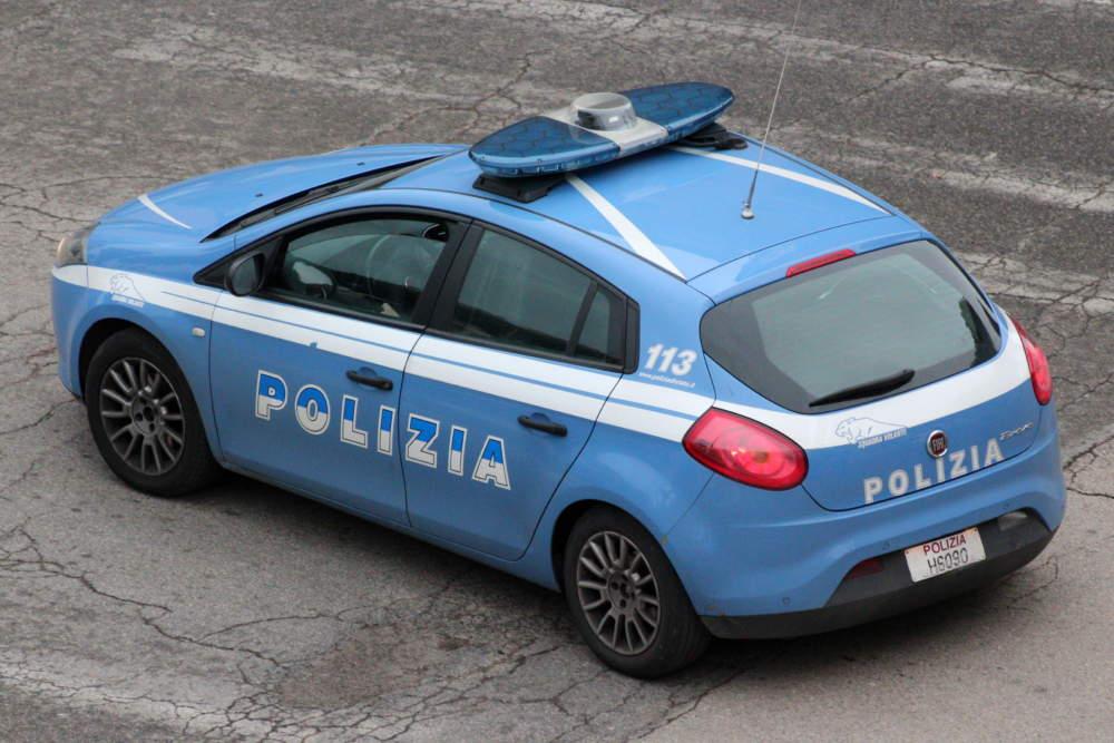 Fiumicino, inseguimento sulla Portuense poi incidente con auto polizia: un arrestato. Caccia ai fuggitivi