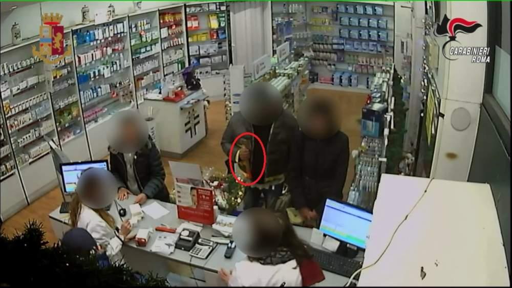 Con un'ascia rapinavano farmacie e negozi: arrestati due fratelli di Torre Maura