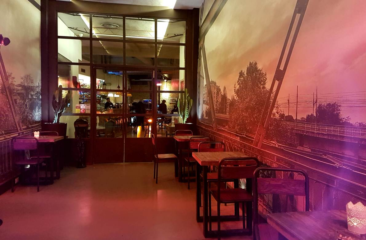 Review of Gazometro38, a bar and restaurant specialising in gourmet pizzas and cocktails in Rome's Ostiense district, offering aperitivo and lunch options as well.