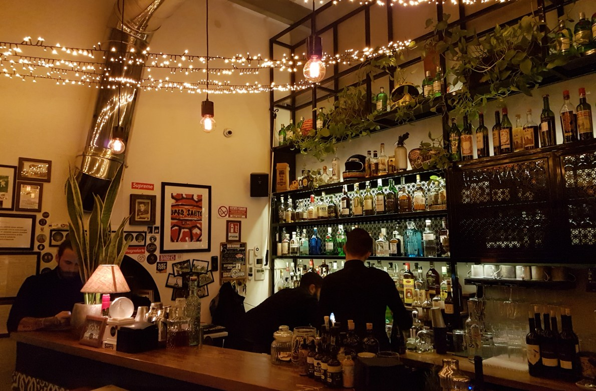 Santo Trastevere in Rome is a cocktail bar and restaurant serving lunch and dinner, which offers free bike sharing with lunch #romerestaurants #italy