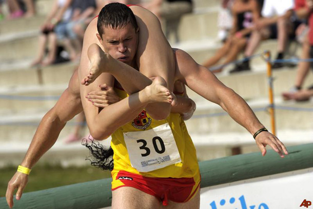 wife-carrying-world-championships-in-sonkajarvi-finland-2011-2011-7-2-12-30-35