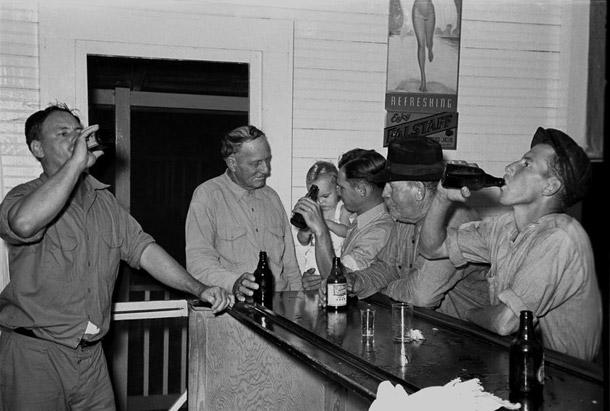 men-drinking-beer-at-the-bar-everett