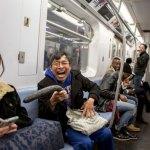Um homem e seu vibrador gigante atormentam pessoas no metrô de NY