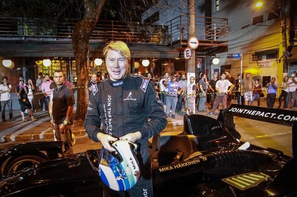 AgNews - Mika Häkkinen dirige réplica de um carro de F1 na saída do Bar Aurora, no Itaim em São Paulo, como parte da campanha #HojeNãoDirijo, de Johnnie Walker. 10-11-2015 Fotos: Raphael Castello/AgNews