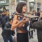 Mulher convida estranhos para tocar suas partes íntimas em público