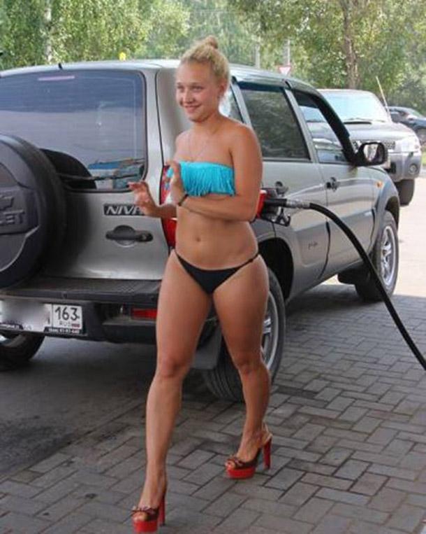 Posto na Russia oferece gasolina de graca para mulheres de biquini (14)