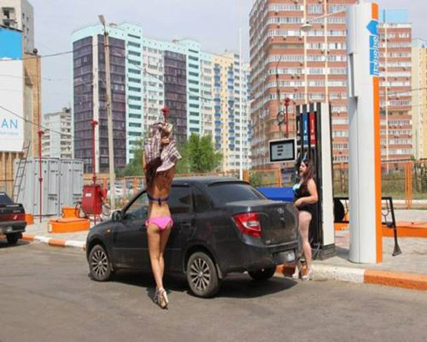 Posto na Russia oferece gasolina de graca para mulheres de biquini (15)